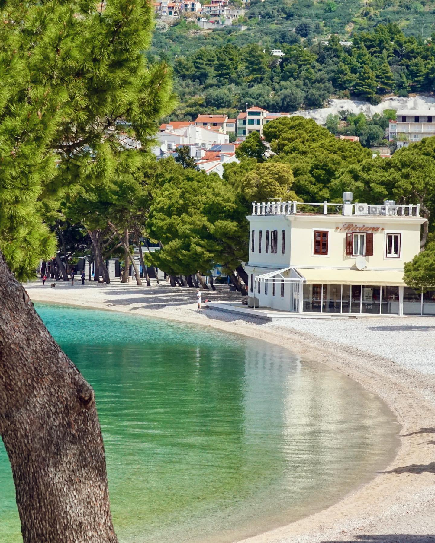 Top 3 beaches in Makarska: The morning view of central beach in Makarska (photo by makarska-riviera.hr)